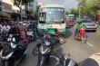 Xe buýt tông 8 xe máy dừng đèn đỏ ở TP.HCM
