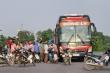 CSGT Bắc Ninh xử phạt hàng loạt ô tô đón, trả khách giữa đường