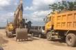 Doanh nghiệp điều động hàng loạt xe tải, xe lu chặn đường nhốt 3 xe công vụ