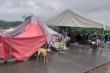 Mưa lớn kéo dài, dân Quảng Trị dựng  lều bạt bên đường tránh lũ