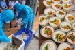 Ảnh: Ấm lòng những suất cơm tặng y bác sỹ chống COVID-19 tại Đà Nẵng