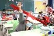 Trở lại trường, học sinh Trung Quốc đội mũ dài một mét để ngừa COVID-19