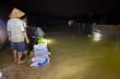 Người Hà Tĩnh dầm mưa xuyên đêm đắp đê chống lũ cứu hơn 400 hộ dân