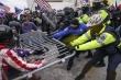 Video: Người ủng hộ ông Trump xông vào tòa quốc hội, một người bị bắn chết