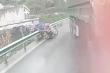 Video: Người đàn ông vứt xe, nhảy qua barie tránh va chạm với xe container