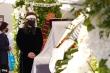 Vợ Chí Tài nghẹn ngào đứng lặng bên linh cữu chồng ở Mỹ