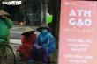 Người nghèo đội mưa đến nhận gạo miễn phí từ 'cây ATM' ở Hà Nội