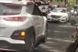 Xe Mercedes chạy ngược chiều bị ô tô ép đi đúng đường