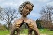 Điểm check-in độc đáo với các bức tượng khổng lồ hoàn hảo đến từng centimet