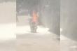 Clip: Bất lực nhìn xe cháy ngùn ngụt dù hất nước, xịt bình cứu hỏa