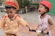 Cậu bé khóc thét khi chơi trò cảnh sát bắt xe