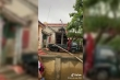 Clip: Dùng xe cẩu đưa trâu từ mái nhà xuống sân sau khi lũ rút tại Quảng Bình