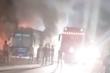 Video: Xe khách bốc cháy dữ dội trên cao tốc Nội Bài - Lào Cai