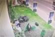 Clip: Chết cười xem 2 cô gái hậu đậu thi ném rác vào thùng