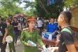 Ảnh: Nữ cảnh sát 'gây thương nhớ' khi phát nước cho sĩ tử ở Nghệ An