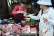 Giá lợn hơi thấp nhất năm, giá thịt ngoài chợ vẫn cao ngất