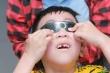 Giới trẻ Hà Nội thích thú đội nắng đi xem nhật thực
