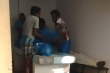 Gia đình bệnh nhân COVID-19 ở Ấn Độ tìm xác người nhà giữa đống thi thể
