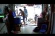 Lại xuất hiện clip nam thanh niên xúi bé trai trộm điện thoại ở TP.HCM