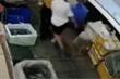 Đôi trai gái ngã ngửa vào chậu cá tươi ở chợ