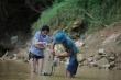 Trải nghiệm bắt cá suối dưới chân thác Dải Yếm cùng dân bản địa