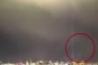 'UFO' bí ẩn bay ngang qua, tia sét xé toạc bầu trời gây 'sốt' trên Facebook