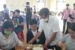 Video: Ông Đoàn Ngọc Hải làm bồi bàn ở Huế
