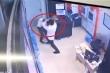 Gã thanh niên đánh tới tấp nữ nhân viên bảo vệ chung cư ở Hà Nội