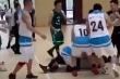 Cầu thủ bóng rổ Trung Quốc lao vào đánh 3 trọng tài