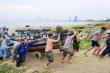 Hàng trăm ngư dân chạy đua trong mưa chống bão số 5 đang đến gần