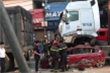 Video: Hiện trường xe hơi dừng đèn đỏ bị container đè bẹp dúm, 3 người chết
