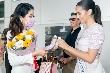 Vũ Hương Giang tặng khẩu trang cho Hoa hậu Siêu quốc gia