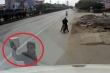Clip: Trộm vặt gương container đỗ ven đường trong nháy mắt