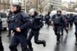Video: Cử chỉ đẹp của cảnh sát Pháp xoa dịu những người biểu tình cực đoan