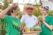 Video: MC Quyền Linh cùng hai cô con gái thu hoạch trái cây trên sân thượng