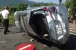 Tông vào dải phân cách, 3 người mắc kẹt trên chiếc ô tô lật nghiêng giữa quốc lộ