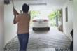 Tập golf dưới hầm để xe, thanh niên làm vỡ đèn ô tô