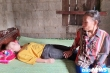 Xót xa 3 anh em mồ côi, em gái bị ung thư, phải nương tựa bác gái mù lòa