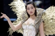 Hoa hậu Đỗ Mỹ Linh diện váy nặng 40 kg trình diễn thời trang