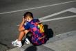 Messi bỏ tập, fan nhí Barca buồn bã ngóng chờ
