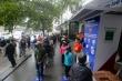 Lao động nghèo xếp hàng dài tại cây 'ATM thực phẩm' miễn phí đầu tiên tại Hà Nội