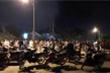 Ảnh: Hàng trăm người tụ tập xem đám cháy bất chấp lệnh cách ly xã hội