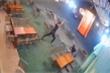 Mâu thuẫn từ tiệm net, nhóm thiếu niên vác mã tấu chém gục người trong quán cà phê