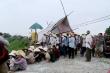 Người dân tập trung về trụ sở xã phản đối trại nuôi lợn