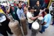 Video: Dùng bình chữa cháy giả thành bình oxy bán cho bệnh nhân COVID-19 ở Ấn Độ
