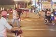 Thanh niên ngáo đá vung rìu đuổi chém người trên phố Sài Gòn
