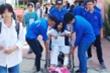 Thi vào lớp 10: Tình nguyện viên trợ giúp sĩ tử ngồi xe lăn