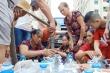 Ảnh: Sợ nước bẩn, người già, trẻ nhỏ khu đô thị Linh Đàm đổ xô đi lấy nước sạch miễn phí