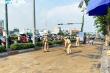 Ảnh: CSGT TP.HCM đội nắng gắt dọn đường, rải cát giúp dân đi không bị trượt ngã
