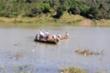 Lật thuyền chở 7 người đi dạo mát trên sông, 2 bố con chết đuối